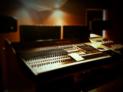 Studio d'enregistrement Medusa Prod avec console analogique Mitec Varydesk System