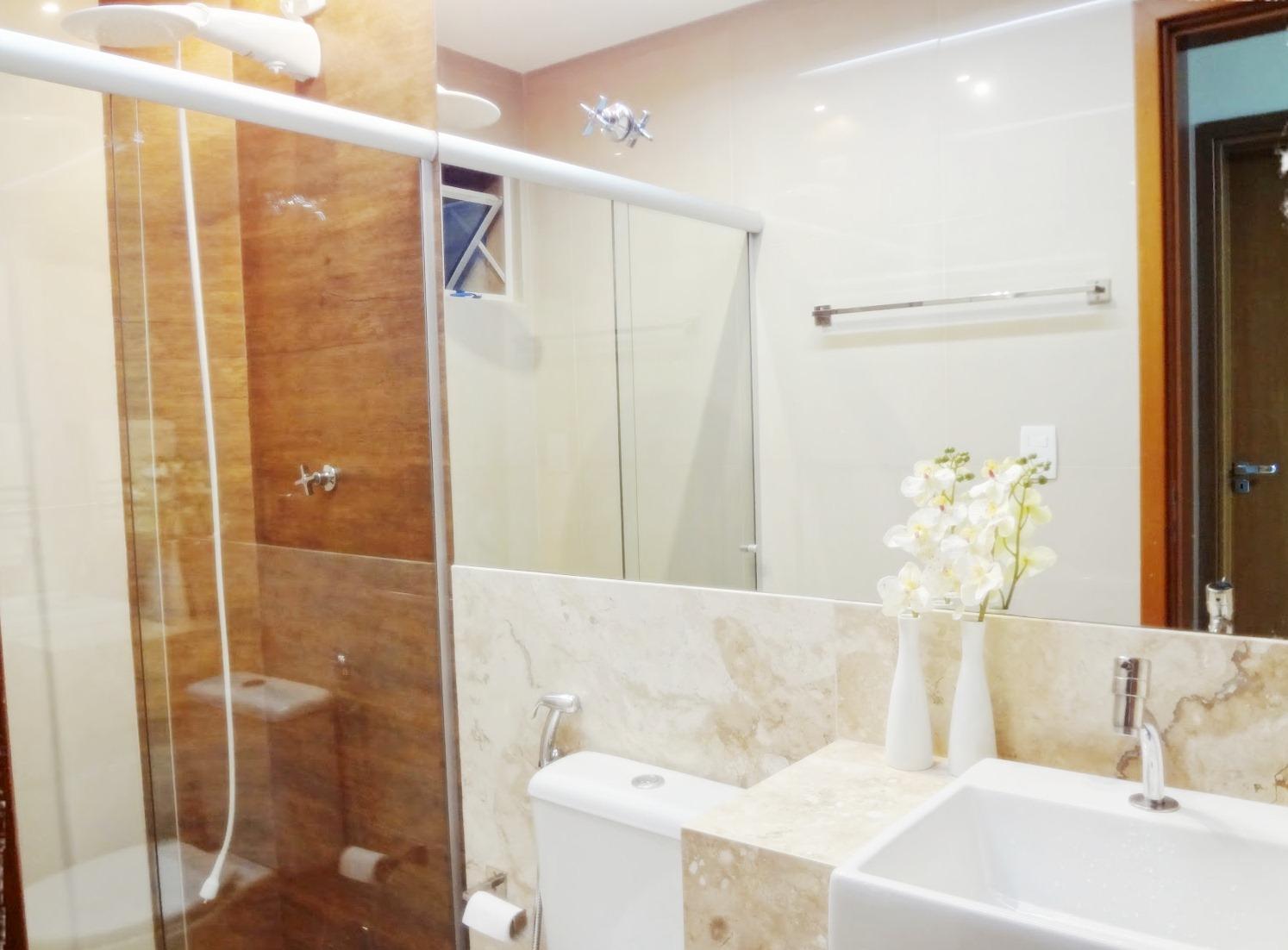 de lado o transtorno que a madeira de verdade causaria num banheiro #6F4126 1494x1102 Banheiro Com Porcelanato De Madeira