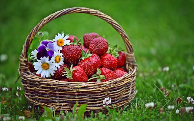 Canasta con Fresas y Flores en la Hierba Fondos de Pantalla de Frutas