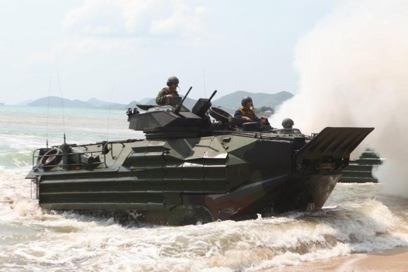 http://3.bp.blogspot.com/-1ElayDpcBZ0/TznCDlu6OcI/AAAAAAAAI7U/1jokio5-1pY/s1600/Amphibious+Assault+Vehicle%255B1%255D+%2528AAV%2529AAV-7A+LVTP-7++United+States+Marine+Corps.+It+is+used+by+USMC+Assault+Amphibian+Battalions+to+land++%25284%2529.jpg