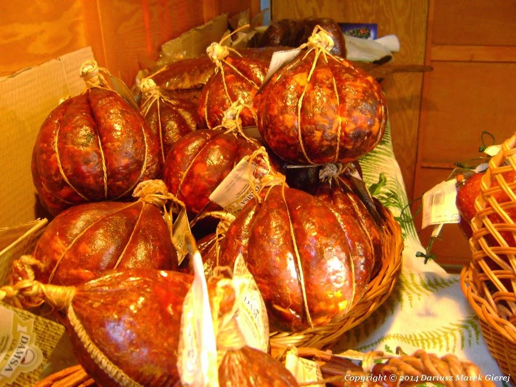 Legenda oryginalnego kindziuka sięga prastarych dziejów. Wytwarzany dzięki tradycyjnym recepturom jest od pokoleń synonimem wykwintnego smaku. Tradycyjnie wypycha się wymyty świński pęcherz lub w przytłuszczowe błony zawija się mięso, przemysł zaś wtłacza je do osłonki celulozowej.  Fot. Dariusz Marek Gierej