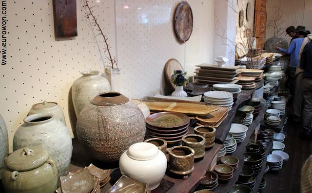 Exposición y venta de cerámicas en el Pueblo de Artistas Mooee