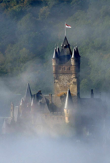 As brumas envolvendo o castelo de Cochem