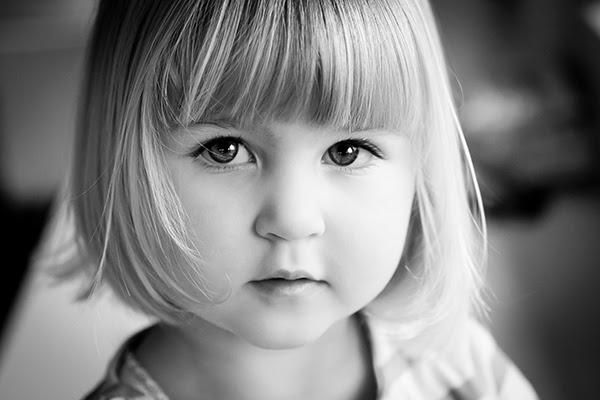 بورتريه بالأبيض والأسود لفتاة صغيرة