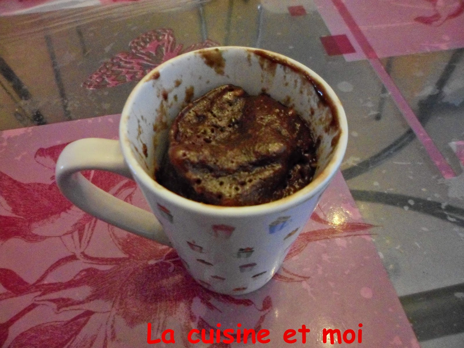 http://la-cuisine-et-moi.blogspot.fr/2014/06/mug-cake-nutella-smarties.html