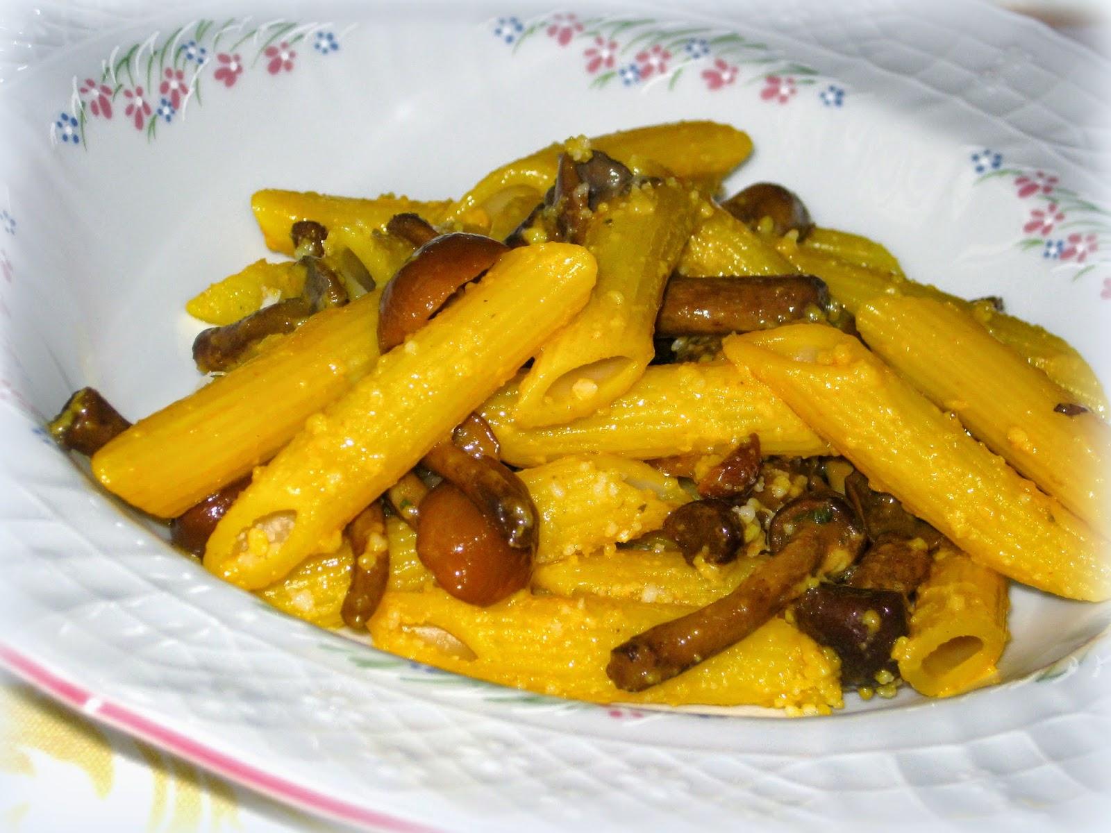 La ricetta delle pennette con funghi e zafferano è perfetta per la stagione estiva e per preparare un pranzo veloce ma molto goloso.