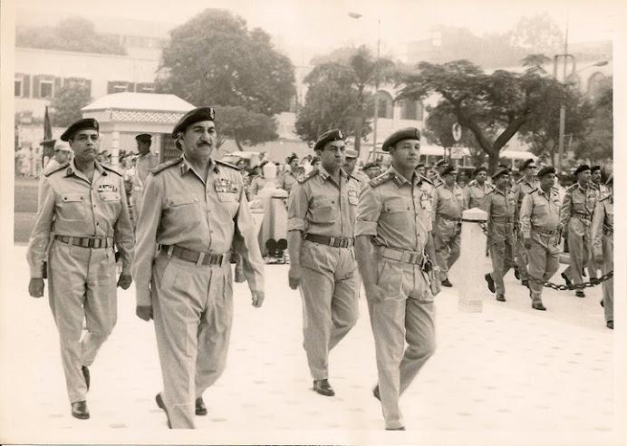 الفريق أول/ محمد صادق والفريق/ سعد الدين الشاذلى وخلفهما الرئيس السابق حسنى مبارك