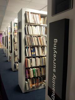 Wing yang menempatkan buku buku mempunyai rak yang tinggi sistem