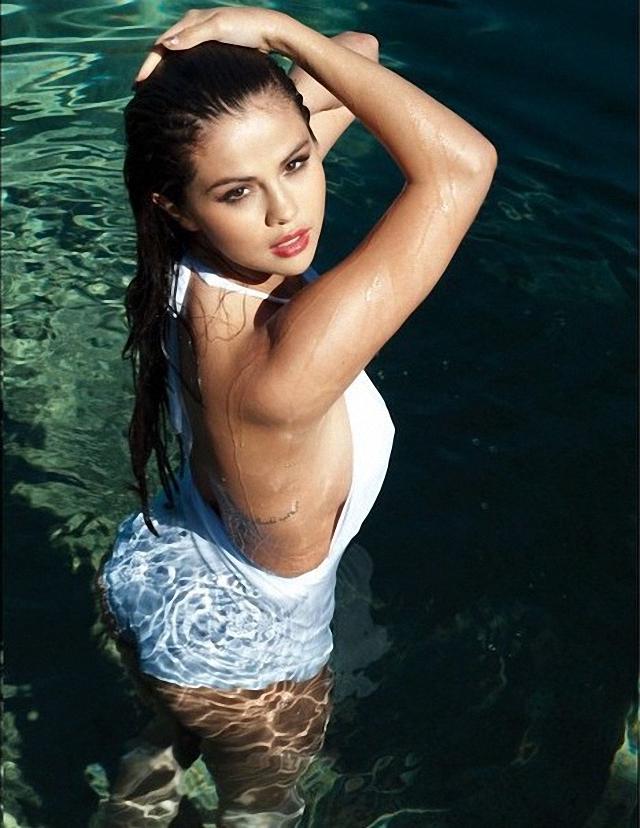 Selena Gómez de lado en la piscina