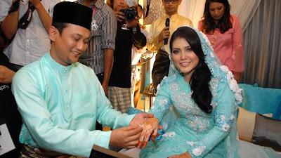 Gambar Elyana dan Suaminya Khairul Anuar Hussain Dalam Majlis Pernikahan