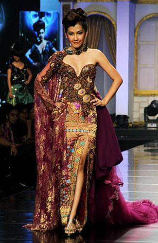 Koleksi Fesyen Desainer Raden Sirait Tampil di JFFF 2012