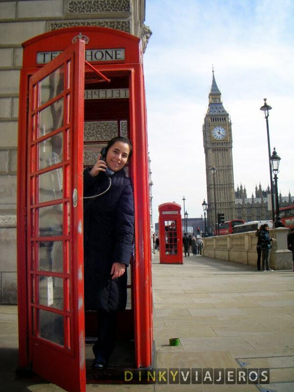 Londres. Cabina telefónica roja con el Parlamento de fondo