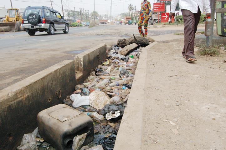 Tonero photo agency drainage system or waste bin for Waste drainage system