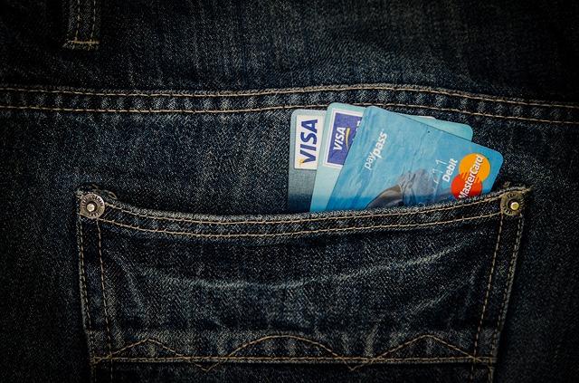 Uang Tunai, Kartu Debit, atau Kartu Kredit?