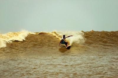 Surfing Di Sungai Kampar (Gambar 2). ZonaAero