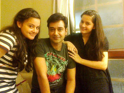 Faysal Qureshi With Twin Sisters Minal And Aiman