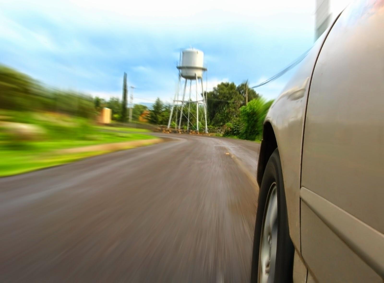 Ein schnell fahrendes Auto mit Ganzjahresreifen