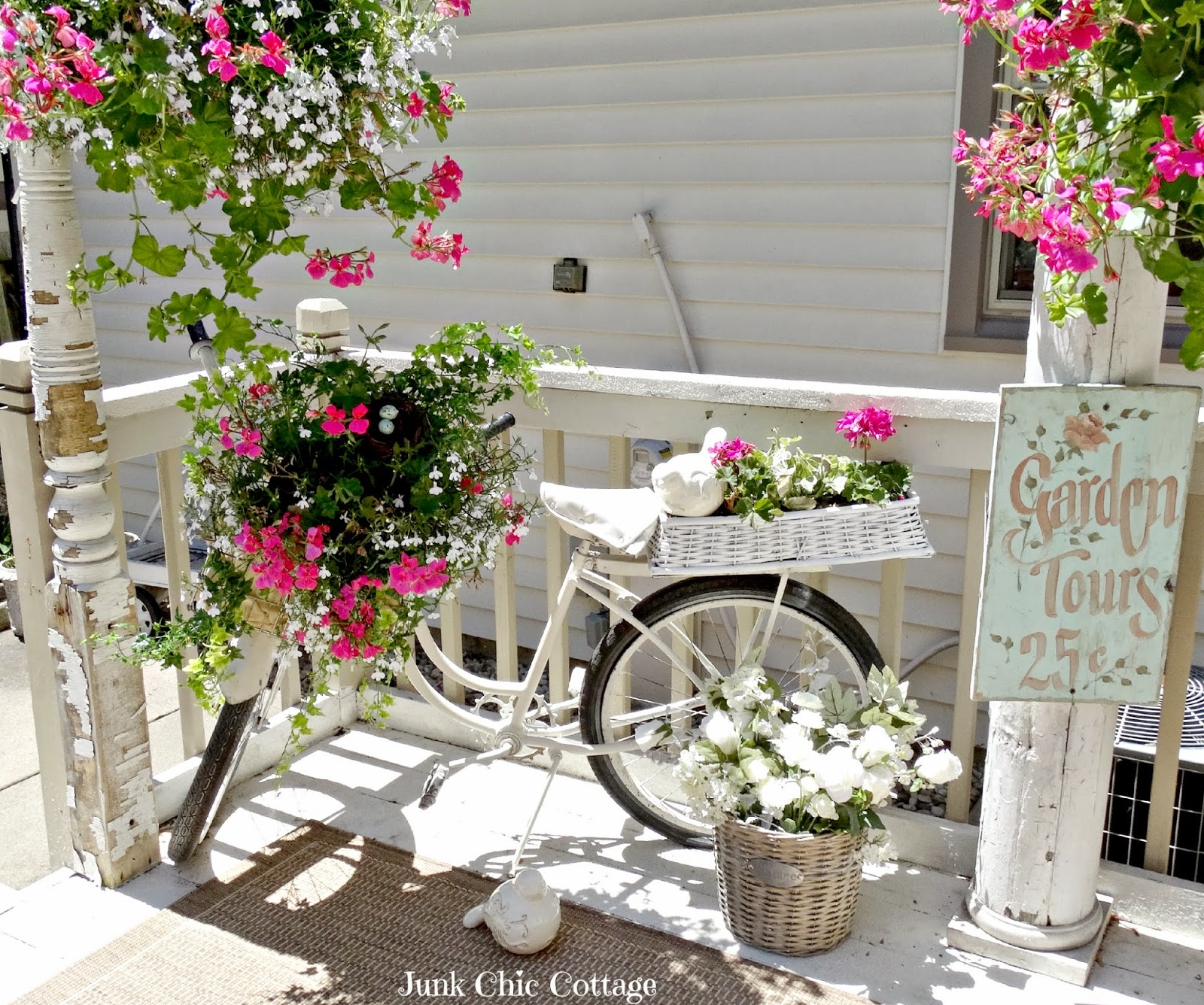 Junk chic cottage deck sanctuary for Decoration jardin printemps