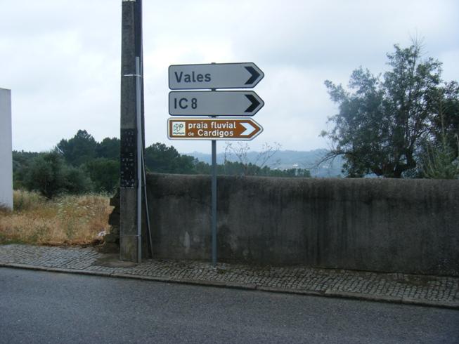 Placa indicativa da Praia Fluvial de Cardigos IC8 e Vales