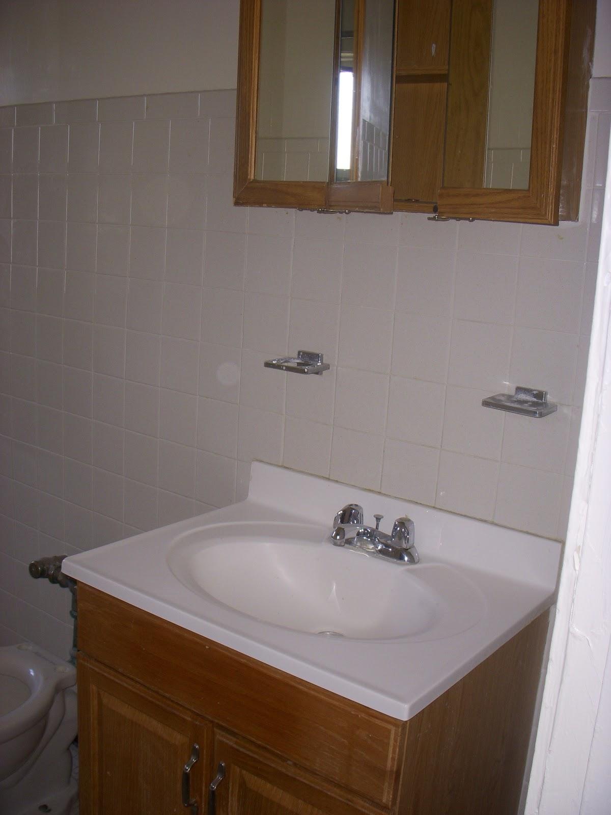 apê é grandinho mas tem só um banheiro que é meio velhinho  #452F1C 1200x1600 Banheiro Adaptado Com Banheira