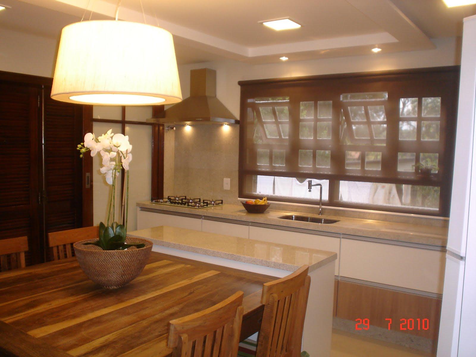 #AA3221 parede da antiga pia ganhou uma porta janela dando acesso para rua  586 Janelas Em Madeira Para Cozinha
