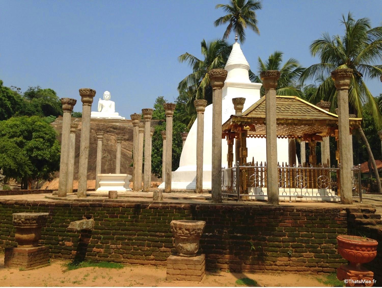 Bouddha blanc assis dagoba Stupa de Mihintale Sri-Lanka