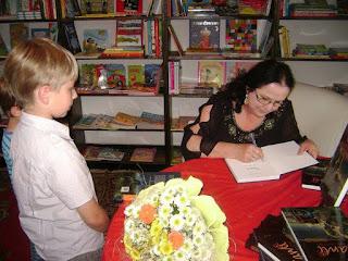 """""""Myślę, że chciałam dać dzieciom coś lekkostrawnego, bez przemocy, bez przesadnych, długich opisów przyrody, coś, co czyta się szybko, co trzyma w napięciu, co rozpala policzki i nie pozwala odejść od książki, no i w końcu odrobinkę uczy"""" - Wywiad z Renatą Klamerus"""