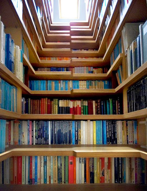 livres sous les marches de l'escalier