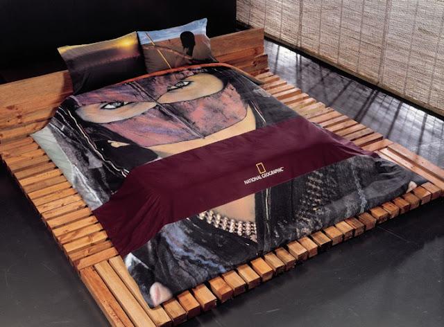 Fundas de samurai y cama con barras de madera