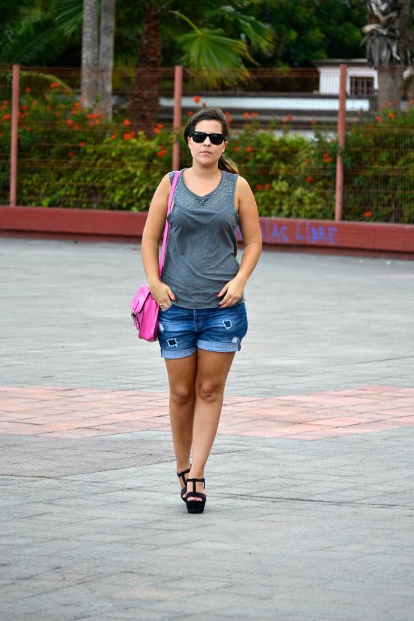 Look_outfit_color_rosa_bolso_satchel_misako_cuñas_negras_Zara_rayban_nudelolablog_01
