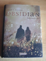 http://www.amazon.de/Obsidian-Band-1-Obsidian-Schattendunkel-ebook/dp/B00I0VGAMI/ref=sr_1_1?s=books&ie=UTF8&qid=1441099734&sr=1-1&keywords=Obsidian