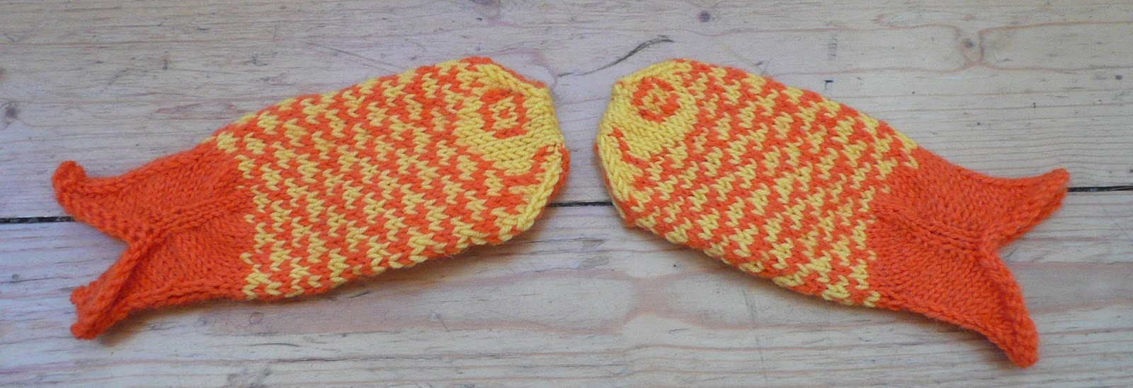Knitting Pattern For Fish Mittens : WOOLLIE WANDERINGS: Goldfish Mittens