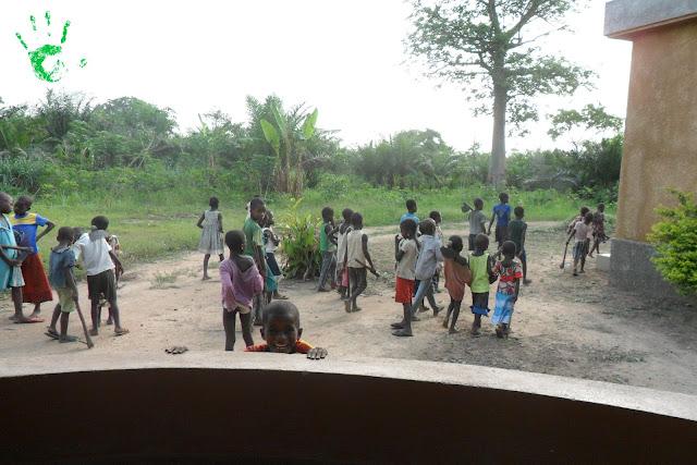 Missione in Africa, i bambini vanno a casa dopo il lavoro nei campi e dopo aver preparato i rosari per il battesimo