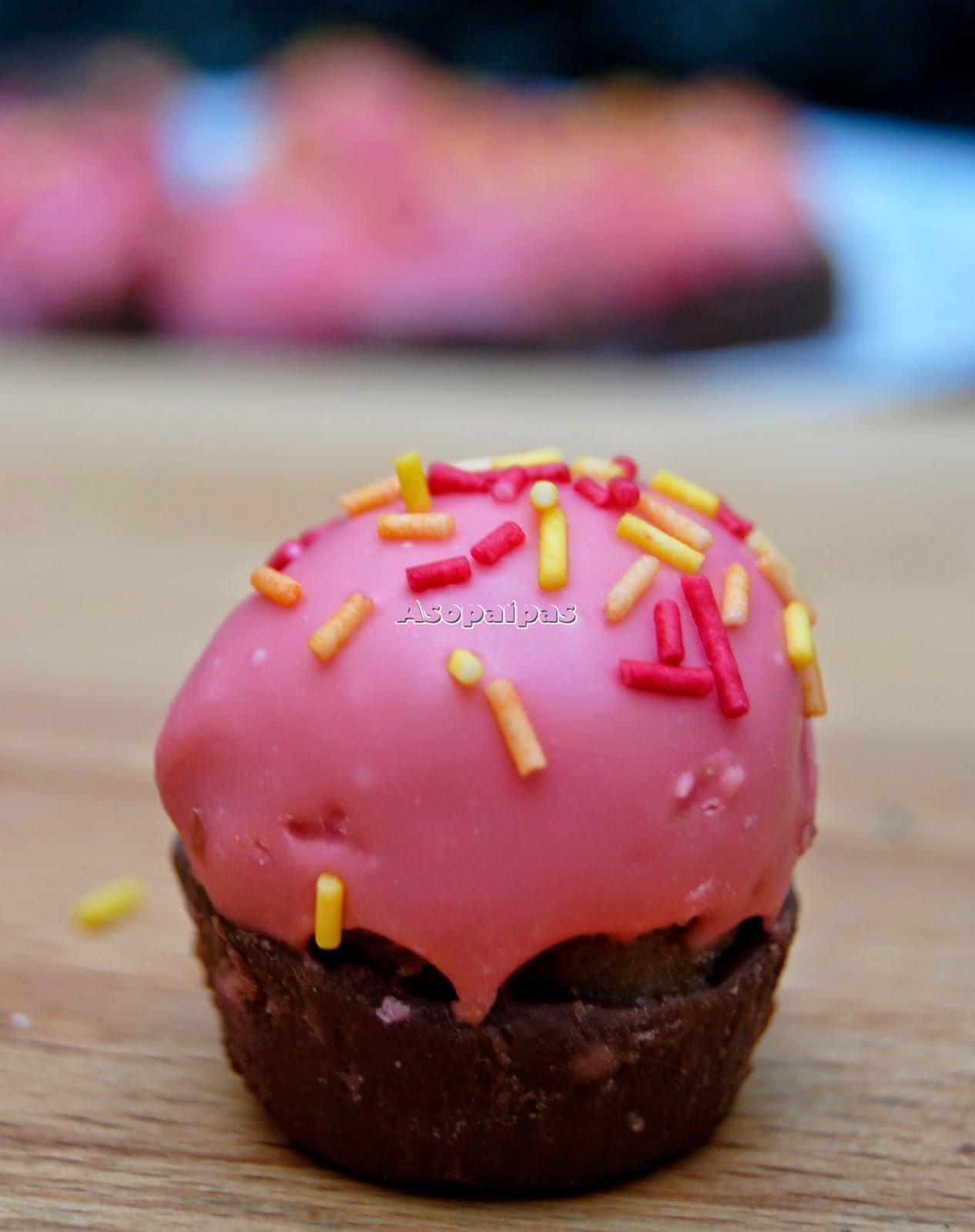 Cupcakes de chocolate rellenos de chocolate y cobertura de chocolate