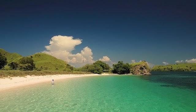 Jejak Pasir: Pantai Merah, Komodo, Kanawa