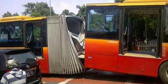 Gandengan Bus Transjakarta Lepas Di Jatinegara