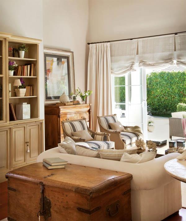 decorar con baules  antiguos - baúl atrás del sofa