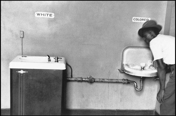 عجائب الدنيا وهل تعلم -  بواسطة إليوت إرويت تكشف الفصل العنصري في جنوب أفريقيا، والتمييز الذى كان موجه ضد السود.