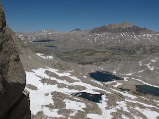 Blick hinunter von Snow Tongue Pass: Im Vordergrund die Wahoo Lakes, dahinter Humphreys Basin, im Hintergrund Desolation Lake und rechts Mount Humphreys