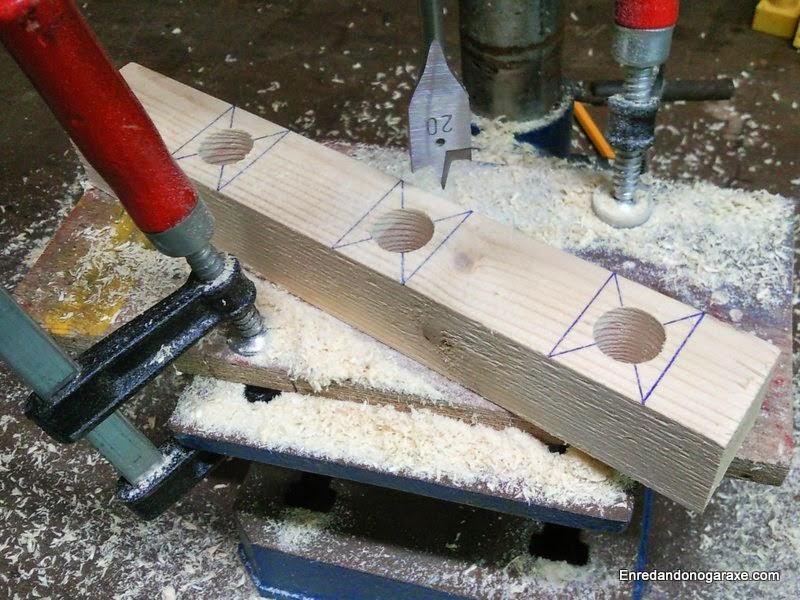 Preparando el listón guía para taladrar los agujeros verticales. Enredandonogaraxe.com