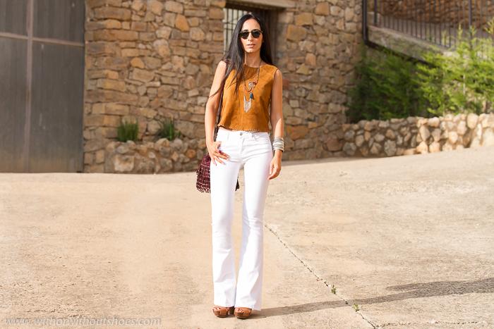 Blogger valenciana con look estilo hippie estilo setentero con jeans blacos