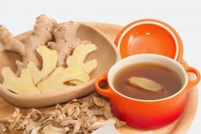 أَخْذ نفحة من شاي الزنجبيلِ يُمْكِنُ أَنْ تُساعدَ على تَحسين مزاجِكِ وتَعطيك تصرف مشمس.