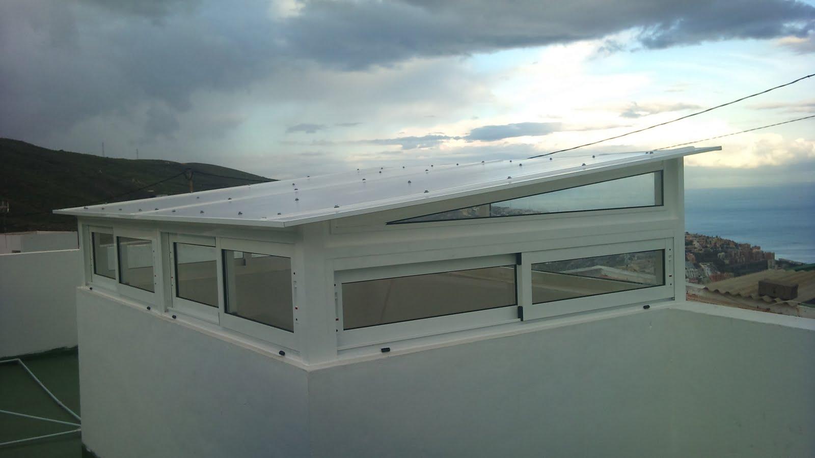 Techo policarbonato con ventanas correderas for Ventana en el techo