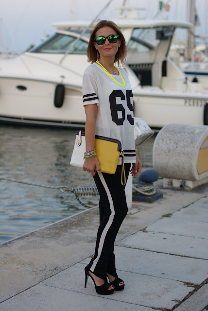 Pull & Bear number tee, pantaloni con banda laterale, sideband pants, sporty chic look, football player top, t-shirt with number, Fashion and Cookies