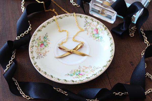 http://3.bp.blogspot.com/-1QitsAKb1Ck/U-JiMfaEnTI/AAAAAAAADHg/jg6819QX1TU/s1600/Bow-Necklace-Lifestyle-2.jpg