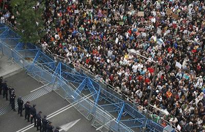 SEJUMLAH penunjuk perasaan berhimpun dekat bangunan Parlimen Sepanyol ketika mengadakan protes di Madrid kelmarin.