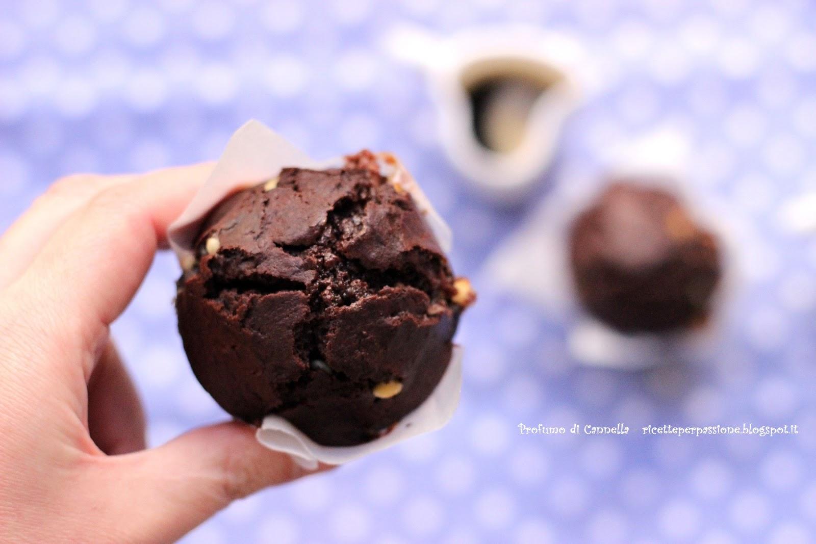 muffin al cacao con gocce di cioccolato bianco - super facili, super veloci