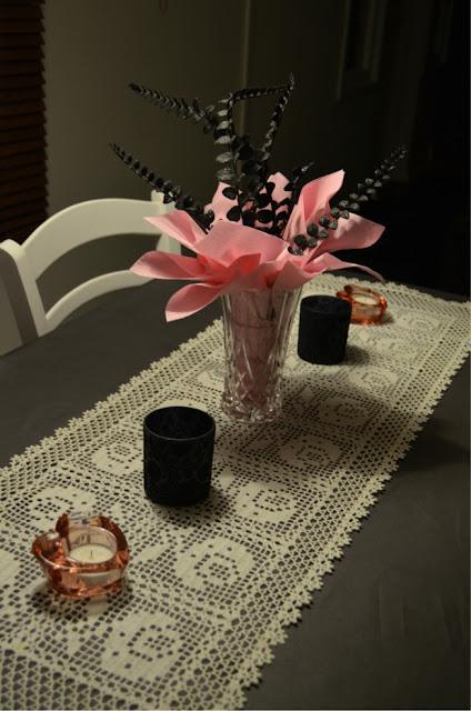 Pinkki musta harmaa valkoinen keittiö vaaleanpunainen sisustus