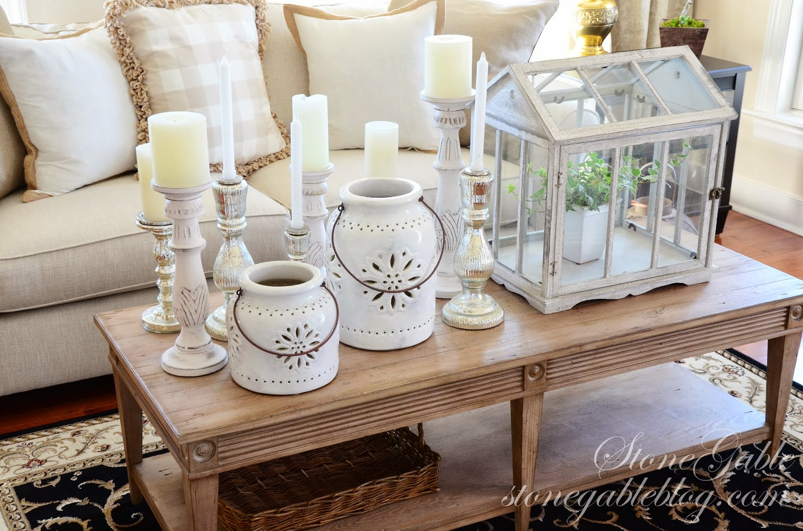 ideas for decorating a coffee table for christmas