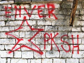"""""""Logros de la economía socialista en la Albania de Enver Hoxha"""" - texto publicado en el blog Crítica Marxista-Leninista en mayo de 2013 - contiene extractos de """"La economía albanesa"""", de James S. O'Donnell - año 1999 Albania1997graffiti"""